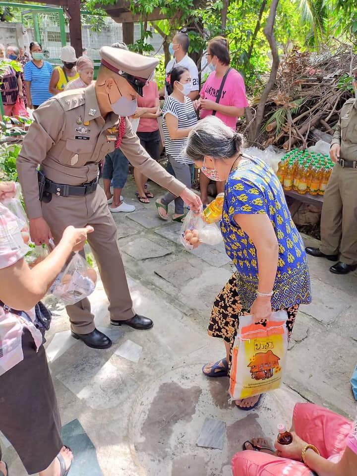บริจาคข้าวสารที่ ชุมชนกุฎีขาว ชุมชนเล็กๆ ย่านธนบุรี  คุณตำรวจมาช่วยดูแลความเรียบร้อย